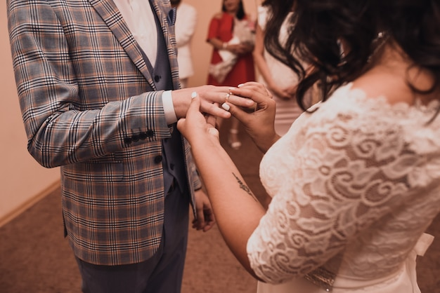 La sposa e lo sposo si scambiano gli anelli