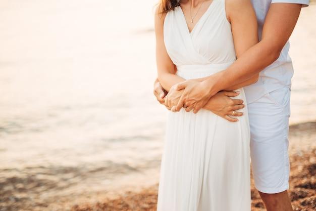 Sposa e sposo che si tengono per mano