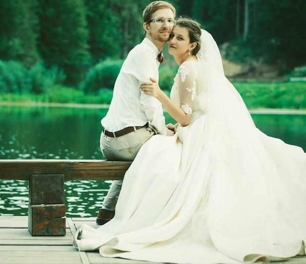 Sposi abbracciati sulla riva di un lago