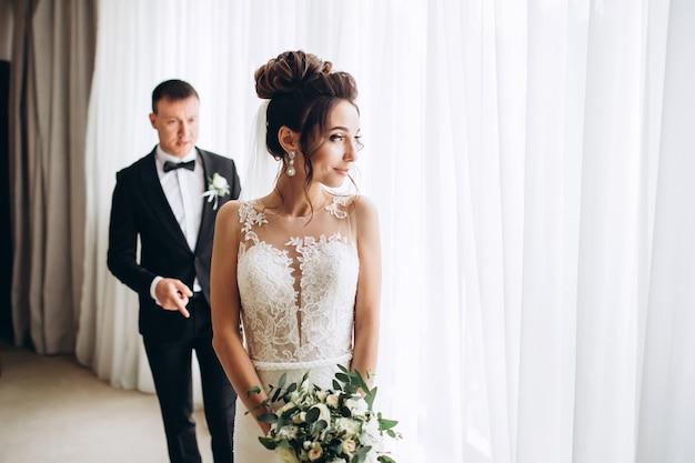 Sposa e sposo che abbracciano il giorno del matrimonio