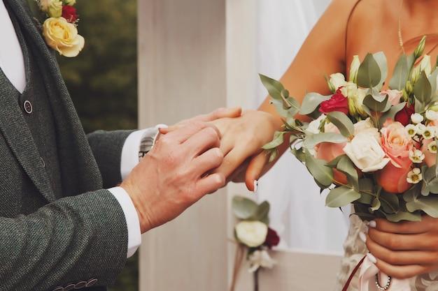 Stile irlandese dello sposo e della sposa sulla cerimonia di nozze nella casa del villaggio di campagna. felice coppia giovane famiglia il giorno del mercoledì. felice femmina e sposo carino. concetto di ufficio di registrazione del matrimonio e matrimonio di lusso