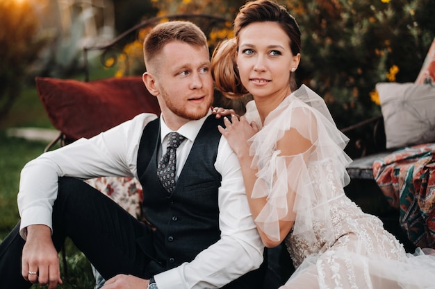 Sposa e sposo a un picnic in provenza.