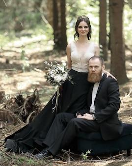 Sposa e sposo in una pineta