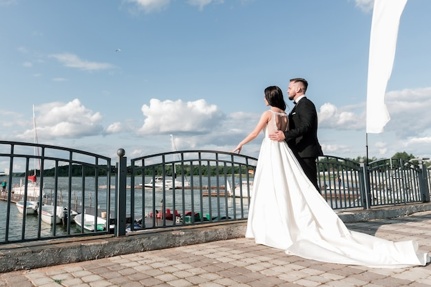 Sposa e sposo in piedi sul ponte. feste ed eventi