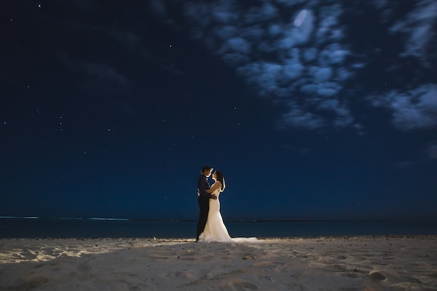 La sposa e lo sposo. cielo stellato. disegnare la luce.