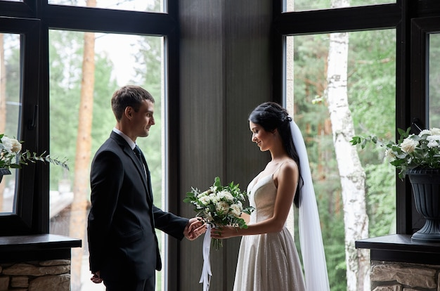 Sposa e sposo in abiti da sposa