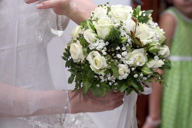 Sposa hoding bellissimo bouquet da sposa di rose bianche