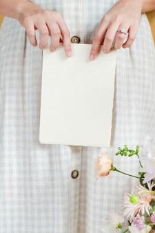 Sposa con in mano un biglietto vuoto