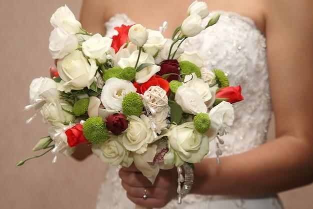 Sposa che tiene il primo piano del mazzo di nozze