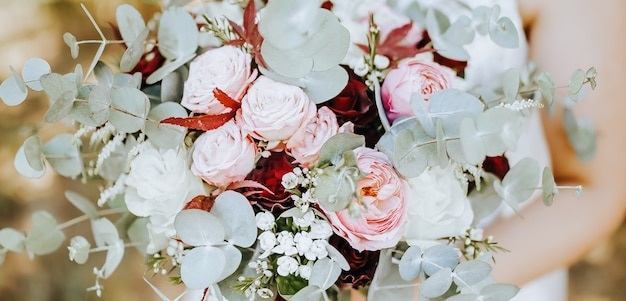 Sposa azienda bouquet da sposa con fiori rossi e rosa