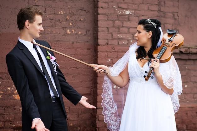La sposa si diverte con lo sposo che suona il violino
