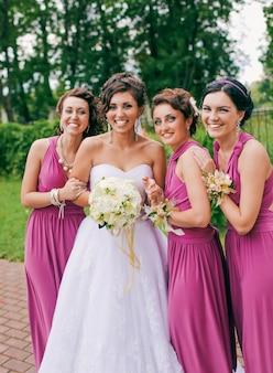 Una sposa ride mentre è circondata dalle sue damigelle in un divertente matrimonio spagnolo.