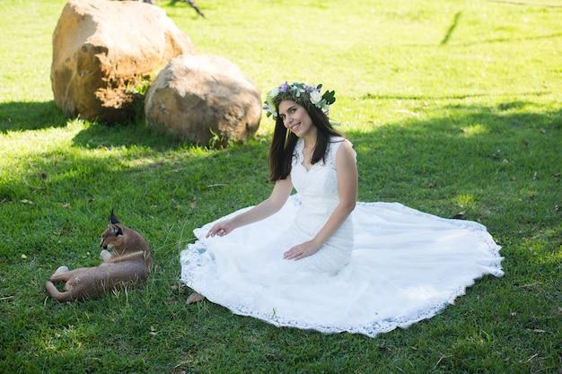 Sposa e lince in giardino