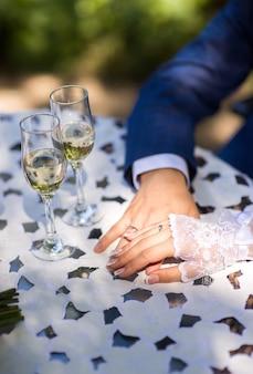 La sposa ha messo la sua mano sulla mano dello sposo in cima