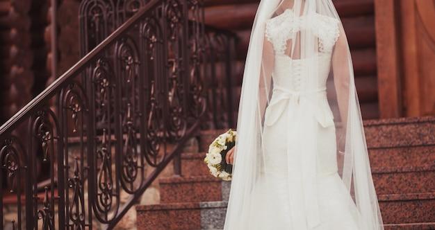 La sposa è tornata in abito di pizzo