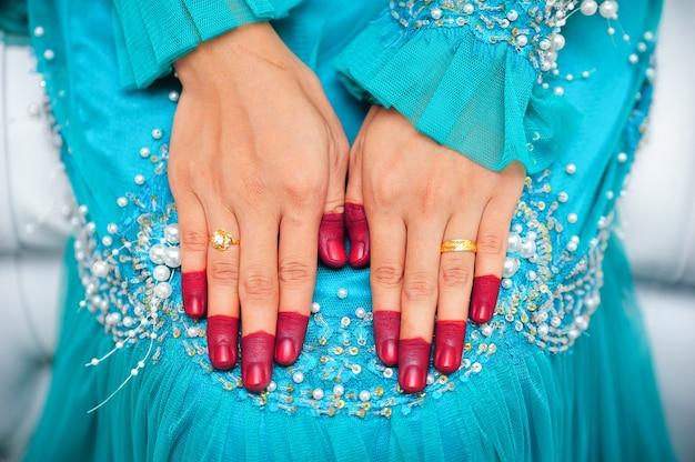 Le mani giunte della sposa