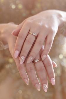 Le mani della sposa. il concetto di una festa di matrimonio, damigella d'onore e addio al nubilato.