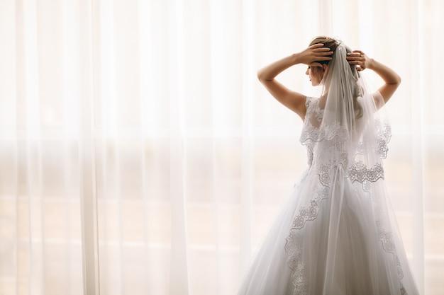 Preparazione del mattino per la sposa. vista posteriore