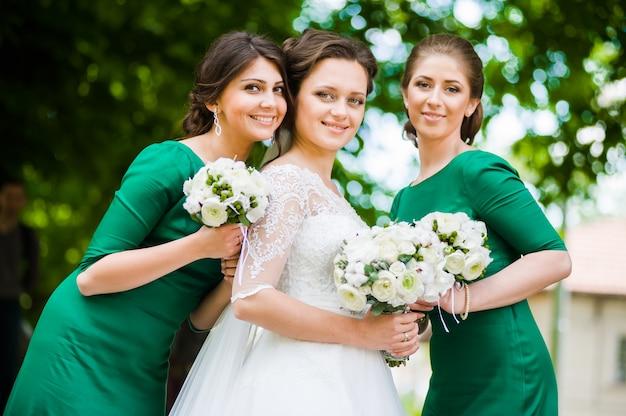 Sposa con damigelle con mazzi di fiori