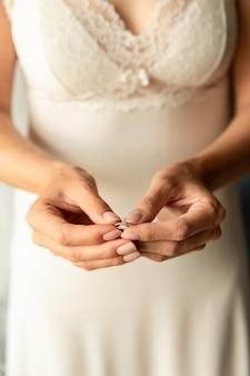 Sposa con l'anello di fidanzamento al giorno delle nozze. concetto di marrige