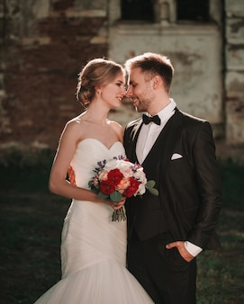 Sposa con un bouquet da sposa e lo sposo