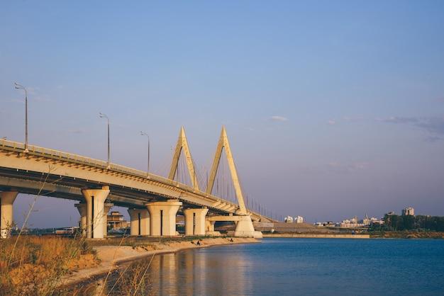 Ponte dedicato al millennio della città di kazan all'alba.