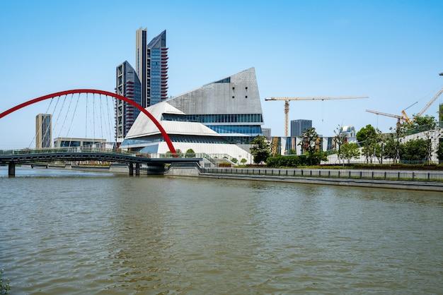 Ponte e centro finanziario edificio per uffici a ningbo east new town, cina
