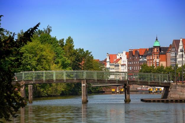 Ponte e case sulla riva del fiume trave, lubecca