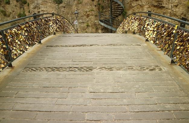Ponte degli innamorati riempito con lucchetti sulle ringhiere, città vecchia di tbilisi, georgia