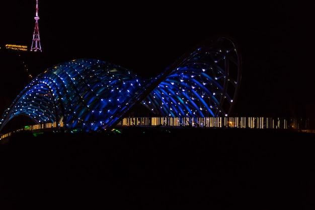 Ponte della pace a tbilisi. ponte pedonale sul fiume kura di notte