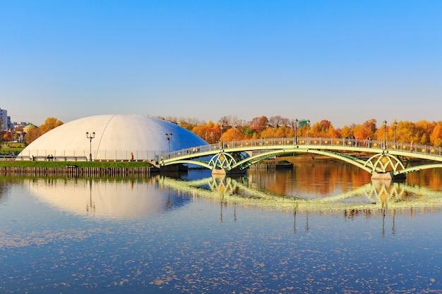Ponte sul laghetto contro il cielo blu nel parco tsaritsyno a mosca alla soleggiata giornata autunnale