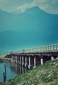 Ponte sul fiume barguzin, valle di barguzin, buriazia, russia.