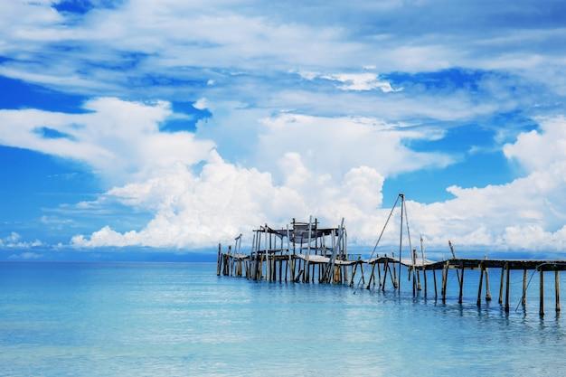 Ponte in mare con la bellezza del cielo azzurro.