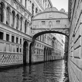 Il ponte dei sospiri (ponte dei sospiri) a venezia, italia. fotografia in bianco e nero