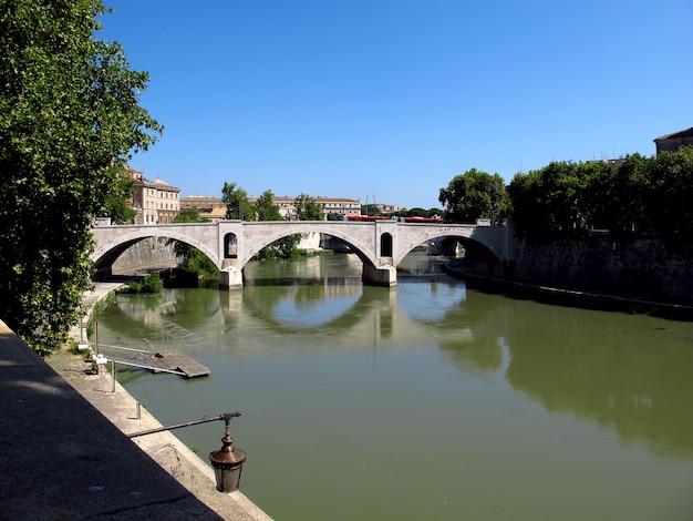 Il ponte attraverso il tevere a trastevere, roma, italia