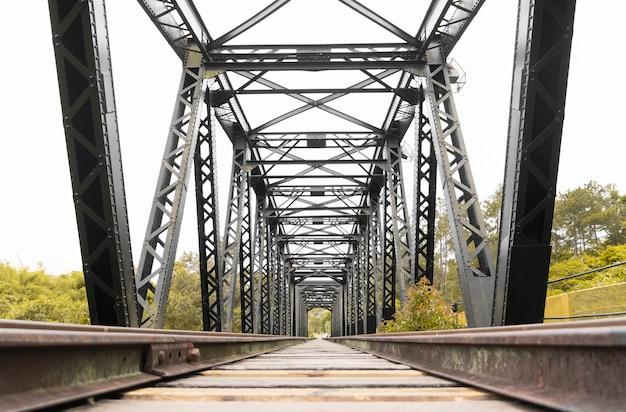 Ponte della stazione ferroviaria della vecchia stazione nella città turistica di guararema