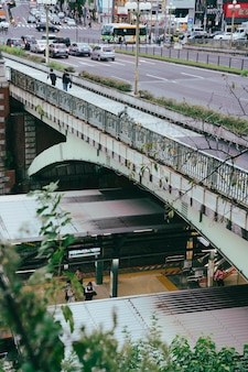 Ponte sulla stazione dei treni della città