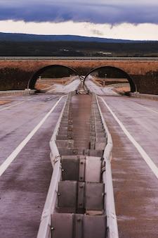 Tunnel-arco del ponte all'incrocio stradale