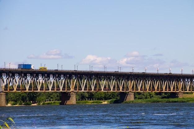 Ponte con traffico sul fiume dnieper a kremenchug, ucraina