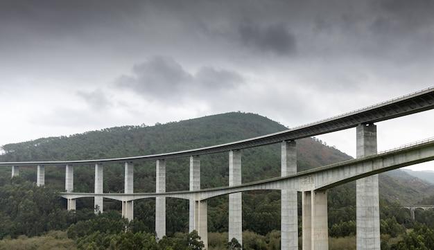Ponti dell'autostrada a8 sulle valli delle asturie. spagna