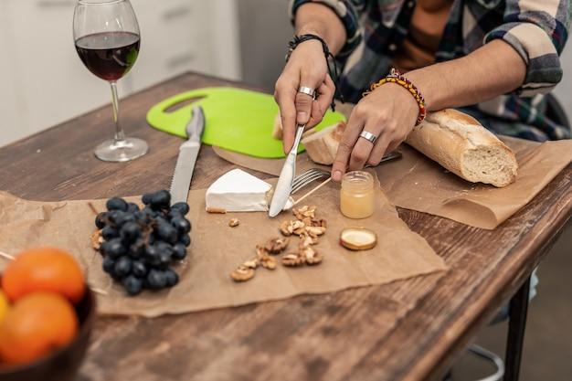 Formaggio brie. primo piano di formaggio brie sdraiato sul tavolo mentre viene tagliato