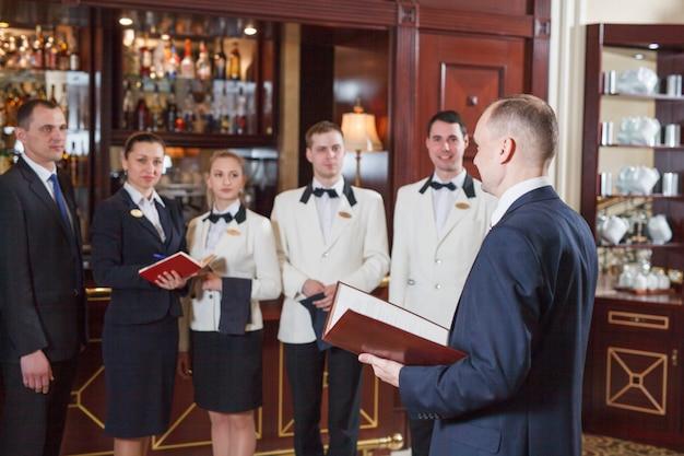 Briefing staff in hotel e ristorante.
