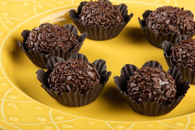 Brigadeiro tradizionale dolce al cioccolato brasiliano. cioccolato granulato.