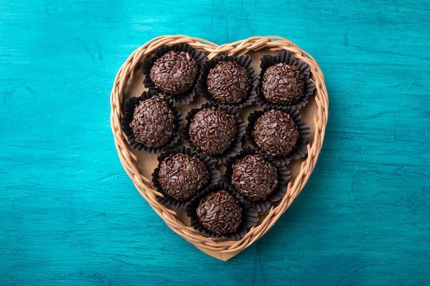 Brigadeiro.tradizionale cioccolato dolce brasiliano in cestino a forma di cuore.