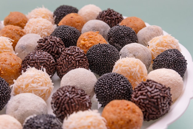 Brigadeiros, un dolce molto popolare fatto e comune nelle feste brasiliane.