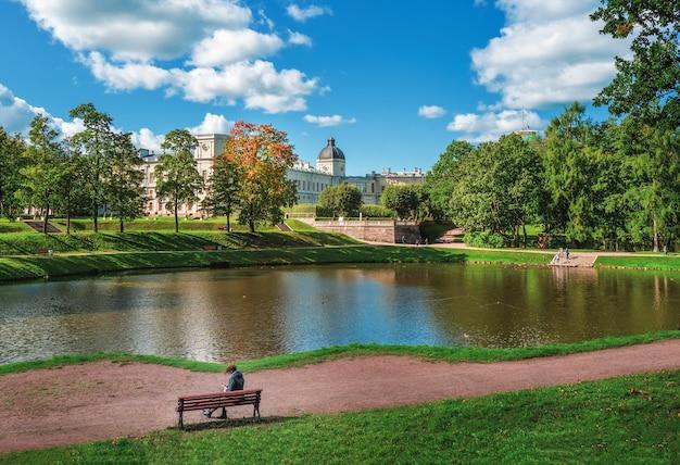 Luminoso paesaggio autunnale del parco con un palazzo gatchina. russia.