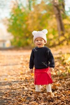 Ritratto autunnale luminoso di un bambino carino in una passeggiata. arancia. foto di alta qualità