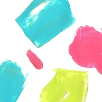 Sfondo luminoso con macchie di vernice tratti acrilici blu rosa e verdi su bianco
