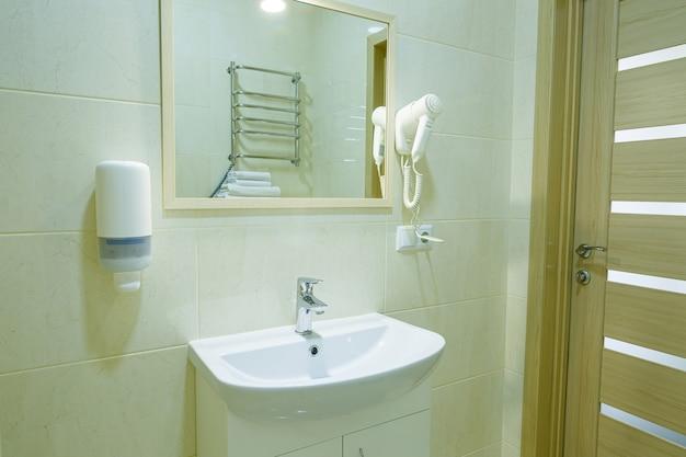 Bagno luminoso, wc bianco, lavabo, specchio, doccia