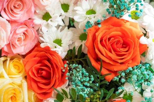 Bellissimo bouquet luminoso rosso, giallo e rosa di rose da vicino